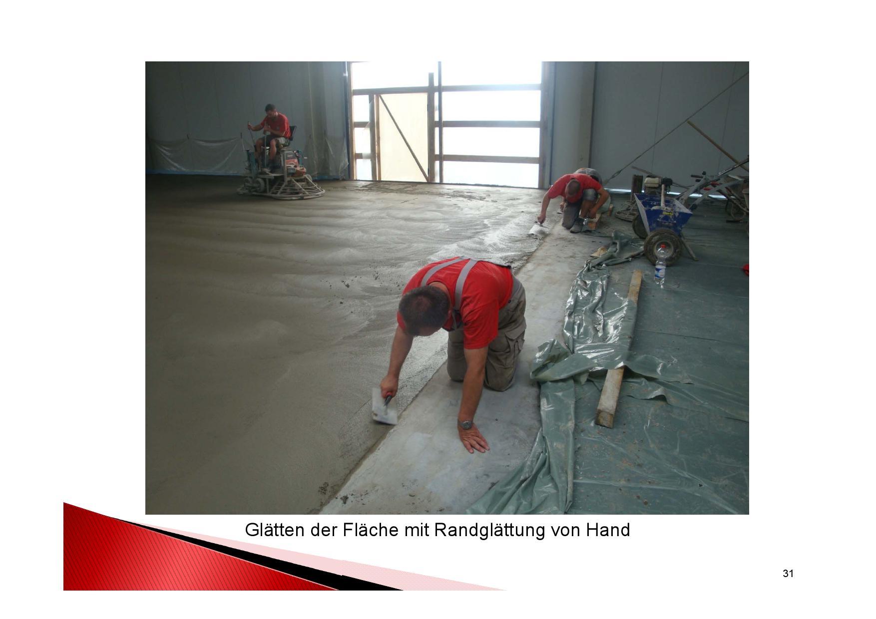 Industrieboden Herstellung: Betonboden in einer Industriehalle mit Flügelglätter glätten Fläche mit Randglättung von Hand