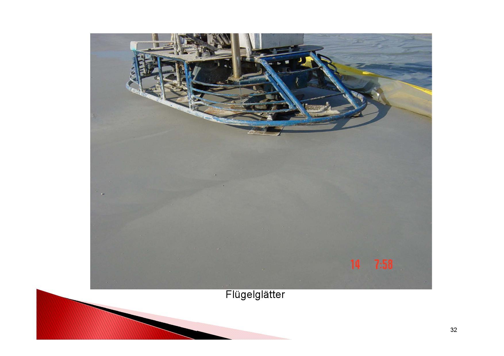Industrieboden Herstellung: Betonboden in einer Industriehalle mit Flügelglätter glätten