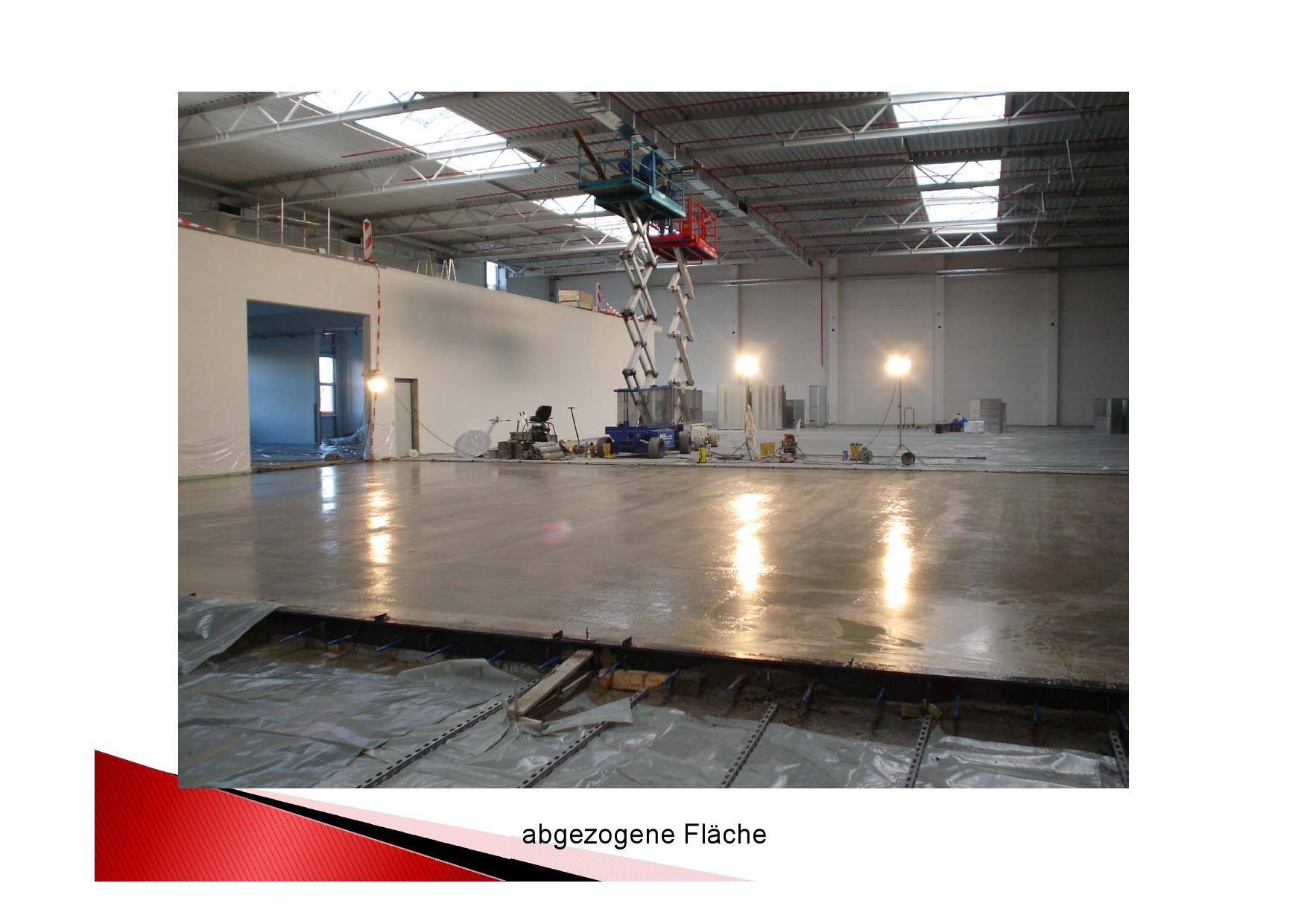 Frisch abgezogener Betonboden einer Produktionshalle